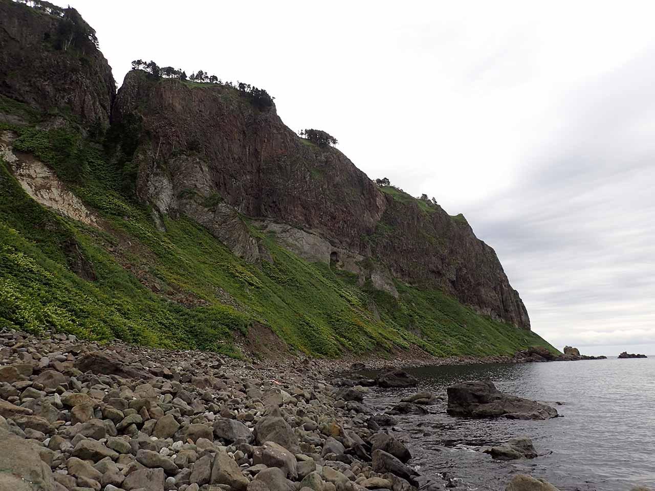 知床半島 崖 海岸線