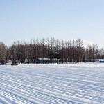散歩道 冬の畑にトラクターと冬本番を迎える十勝
