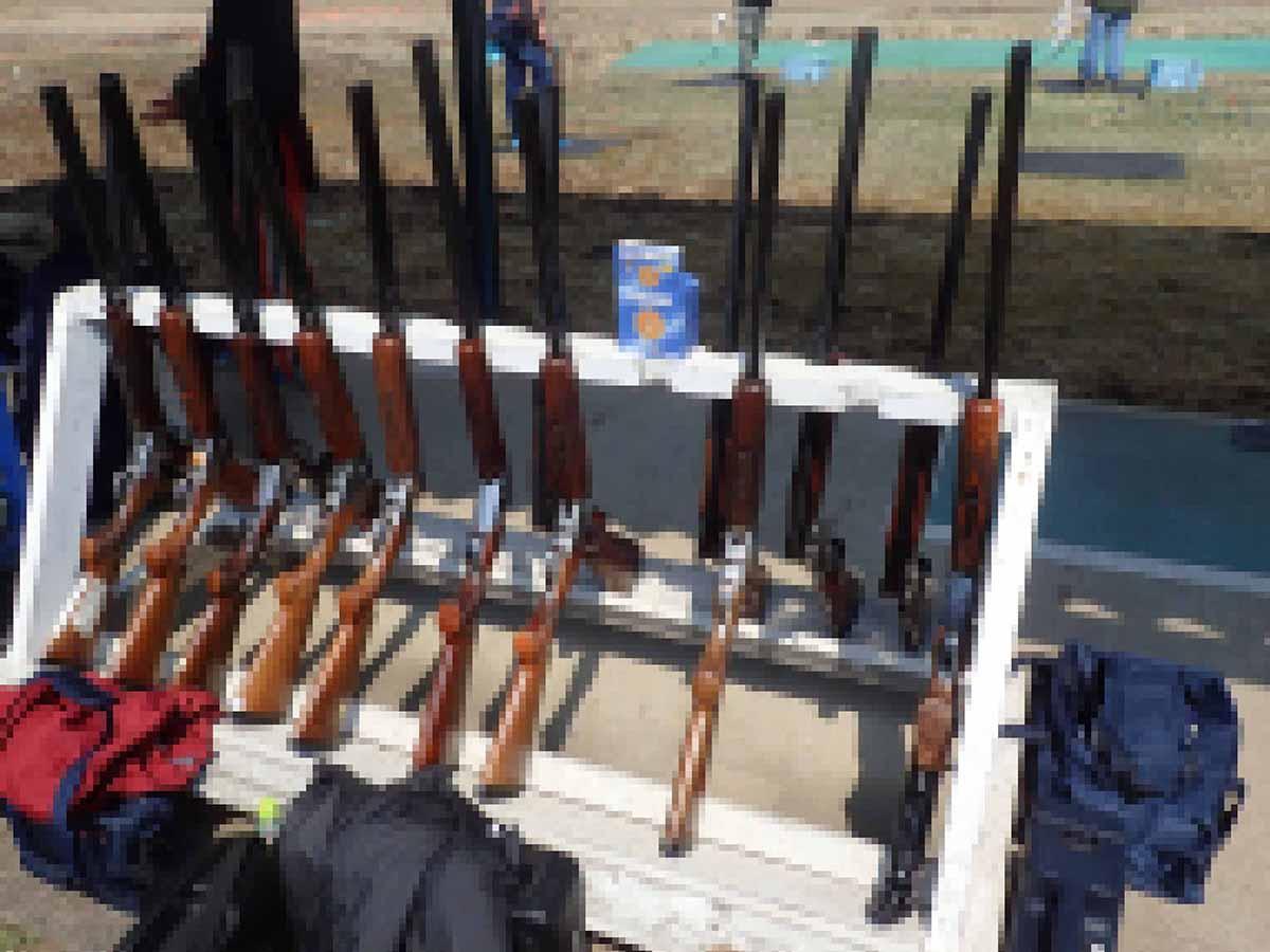 射撃場の銃置き場