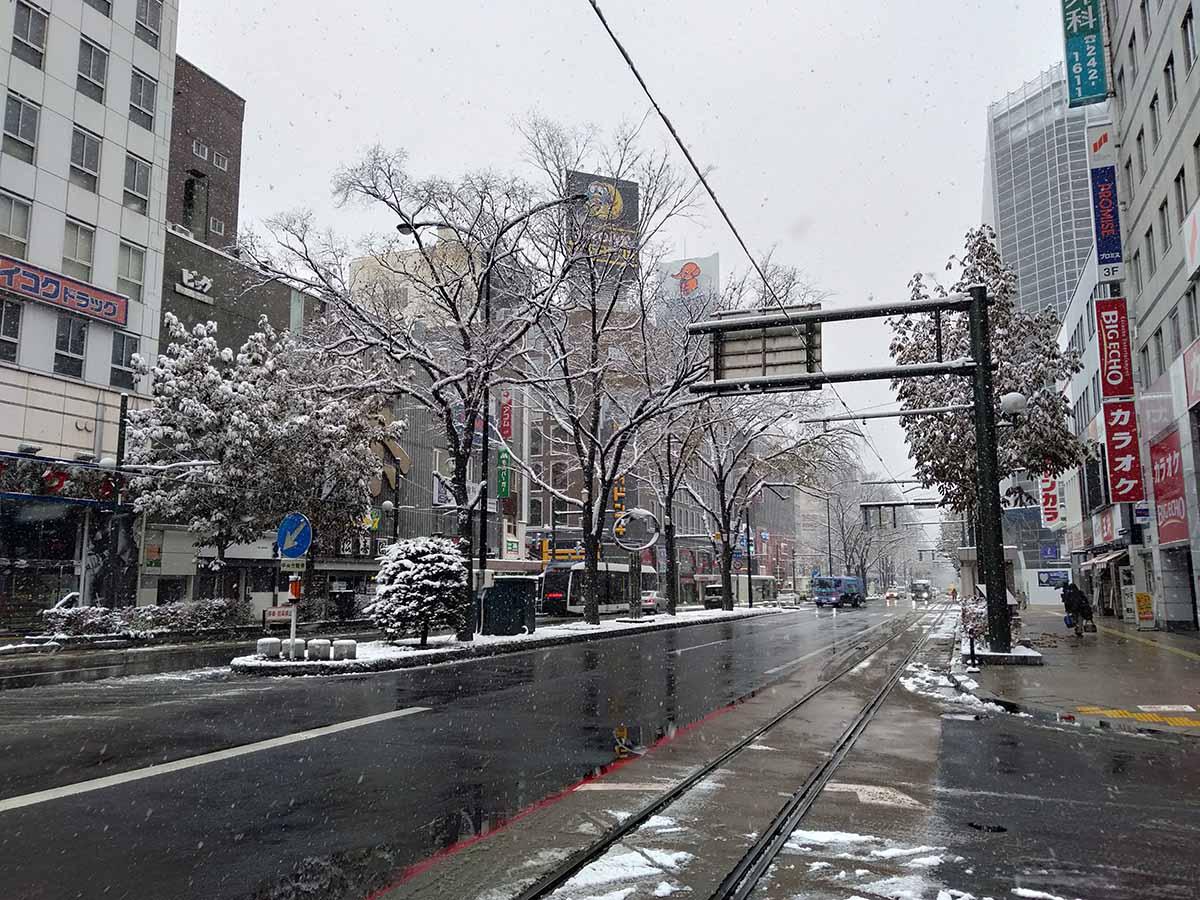 初雪が降る札幌市内の様子