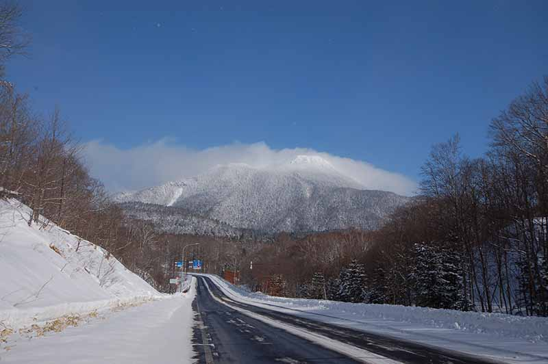 雪の雄阿寒岳